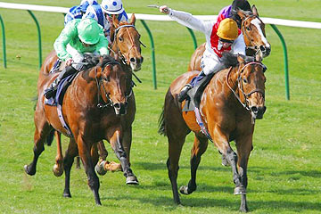 Mullionmileanhour (left, green silks) - Equiano (right, gold cap)