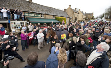 Jo Collinson with Imperial Commander outside The Hollow Bottom pub in Guiting Power 20.03.2010