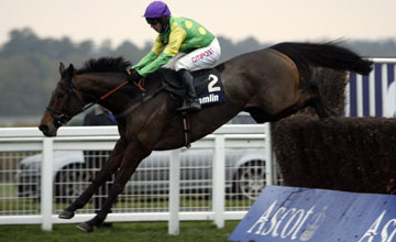 Master Minded wins the Amlin Chase Ascot 20.11.2010