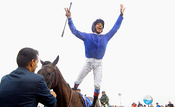 Blue Bunting and Frankie Dettori win the Darley Irish Oaks The Curragh 17.07.2011