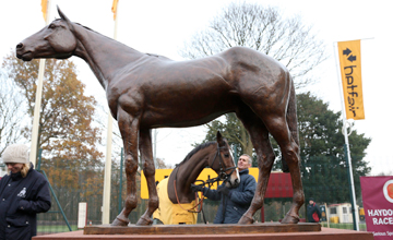 KAUTO STAR at the unveiling of his statue at Haydock Park 24/11/12