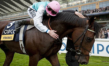 Tom Queally hugs Frankel - Ascot - 20-10-12